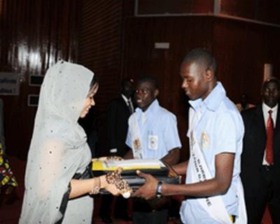 La pemièe dame du Tchad Hinda Deby Itno lors de la remise du prix d'ecellence aux nouveaux bachéliers © tchadpages.com