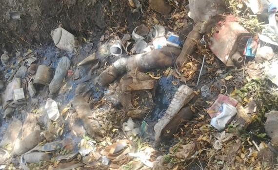 Des ordures devèrsées dans une digue à Moursal. Crédit image: @legeekdusud